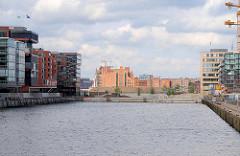 Hafenbecken / Sandtorhafen in der Hamburger Hafencity - Bürogebäude und Baustellen; im Hintergrund der Kaispeicher B am Magdeburger Hafen.