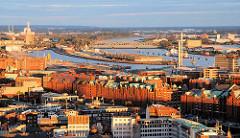 Abendstimmung in Hamburg - Blick auf die Speicherstadt / Norderelbe  - im Hintergrund die Norderelbbrücken und der Baakenhafen.