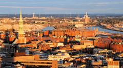 Abendstimmung in Hamburg - Blick auf die Speicherstadt, lks. die St. Katharinenkirche - im Hintergrund der Oberhafenkanal und der Baakenhafen.-