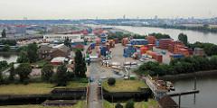 Blick von der Köhlbrandbrücke auf ein Containerlager in Hamburg Waltershof; lks. das Terminal Burchardkai - re. Freifläche vom Tollerort; im Vordergrund die alte Rugenberger Schleuse.