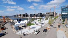 Blick über den Marco Polo Platz und den Hamburger Grasbrookhafen mit den Neubauten und Baukränen in der Hafencity Hamburgs.