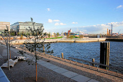 Blick über den Grasbrookhafen zu der Marco Polo Terrasse in der Hamburger Hafencity.