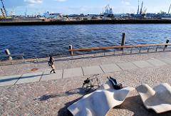Promenade und moderne Sitzelemente am Vasco da Gama Platz / Dalmannkai am Hamburger Grasbrookhafen / Hafencity.