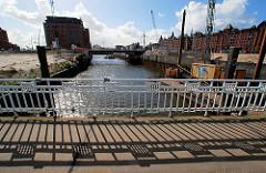 Ericusbrücke mit historischem Brückengeländer / Blick in den Ericusgraben - Brooktorhafen. Historische Speichergebäude am Brooktor