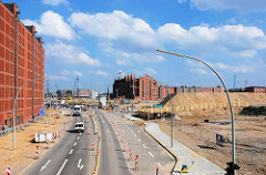 Blick von den Strassen Am Sandtorkai / Brooktorkai über die Baustellen in der Hamburger Hafencity zum Kaispeicher B am Magedeburger Hafen. (2007)