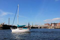 Segelschiff unter Motor auf der Elbe vor der Einfahrt zum Magdeburger Hafen - Teil der Hafencity Hamburgs. ( 2007 )
