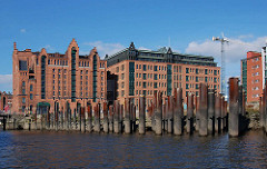 Bilder aus dem Hamburger Hafen / Hafencity; Kaispeicher B / Verwaltungsgebäude im Magdeburger Hafen, Stahlsäulen im Wasser. ( 2007 )