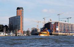 Blick zum Sandtorhafen - re. die Baustelle der Hamburger Elbphilharmonie - der Kaispeicher ist eingerüstet.