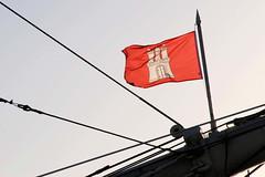 Fotos von Hamburg-Flaggen; roter Grund mit weißer Burg, Wappen.