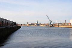 Älteres Bild vom Baakenhafen in der Hamburger Hafencity - Blick über das historische Hafenbecken - re. der Versmannkai, lks.Lagerhallen am Petersenkai. (2008)