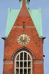 Kirchturm und Kirchenuhr der Heiligen Geistkirche in Hamburg Barmbek - die Turmuhr ist kurz nach zwölf / Mittag stehen geblieben.