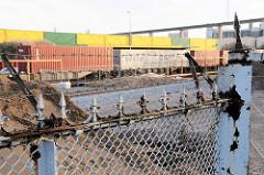 Bauarbeiten / Erweiterung des Hamburger Container Terminals Tollerort - Containerzug; im Hintergrund die Auffahrt zur Köhlbrandbücke - vorne Reste vom alten Zollzaun ( 2008)