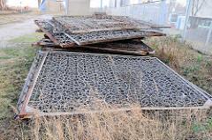 Teile vom alten Zollzaun, der den Hamburger Freihafen abgegrenzt hat; hergestellt aus einem Stahlnetz, das zur Absperrung von U-Boot Bunkern und Hafenbecken verwendet wurde. (2008)