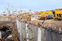 Bauarbeiten / Erweiterung des Hamburger Container Terminals Tollerort - Baumaschinen, im Vordergrund  Reste vom alten Zollzaun ( 2008)