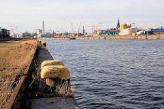 Blick vom mit Wildkraut / Gras überwucherten Petersenkai zur Baustelle am Versmannkai im Hamburger Baakenhafen (2008)
