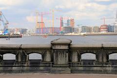 Blick vom Hansahöft über die Norderelbe und der Elbphilharmonie-Baustelle in der Hamburger Hafencity.