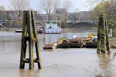 Ebbe im Hamburger Moldauhafen - die Schiffe sind trockengefallen. Das Hafenbecken Moldauhafen wurde  1887 gebaut - ein 30.000 Quadratmeter großes Gelände wurde aufgrund des nach dem Ersten Weltkrieg 1919 unterzeichneten Versailler Vertrages im Jahr 1