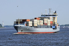 Bilder von Schiffen im Hamburger Hafen und auf der Elbe; Feederschiff / Containerfeeder OOCL Neva in Fahrt.