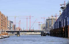 Foto von der entstehenden Hamburger Hafencity - Einfahrt in den Sandtorhafen - Baukräne hinter den Magellan Terrassen