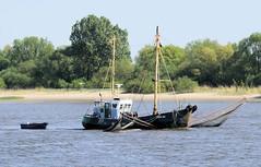 Bilder von Schiffen im Hamburger Hafen und auf der Elbe; Fischkutter auf der Elbe.