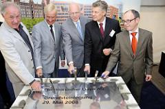 Grundsteinlegung der Unternehmenszentrale des Germanischer Lloyd am Brooktorkai in der Hamburger Hafencity. Hamburgs Erster Bürgermeister Ole von Beust, GL-Vorstandsmitglied Dr. Joachim Segatz