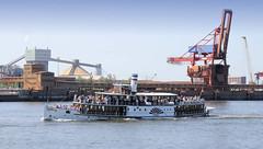 Fotos vom Hamburger Hafengeburtstag - Hochbetrieb auf dem Wasser und an Land; Raddampfer Freya bei der Einlaufparade vor Stade auf der Elbe.