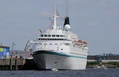Bilder von Schiffen im Hamburger Hafen und auf der Elbe; Kreuzfahrtschiff Albatross am Terminal Hafencity.