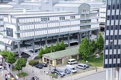 Blick auf die Gebäude des Verlags Gruner+Jahr am Baumwall - Flachdachgebäude eines Schiffsausrüsters im Vordergrund (2008).