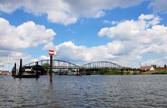 Fotos von der Billwerder Bucht, ursprünglicher Verlauf der Hamburger Norderelbe bis 1879. Blick vom Holzhafen zur historischen Wassertreppe 51 am Moorfleeter Deich in Hamburg Moorfleet. Der bewegliche Niedergang ermöglichte es bei den unterschiedlich