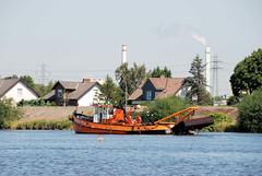 Fotos von der Billwerder Bucht, ursprünglicher Verlauf der Hamburger Norderelbe bis 1879.  Arbeitsschiff im Holzhafen, das mit einer großen Schaufelvorrichtung die Fahrrinne von Sedimentablagerungen befreit.