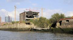 Altes Werftgebäude am Reiherstieg im Hamburger Stadtteil Kleiner Grasbrook; im Krieg zerstörte Kaimauer. Es wird begonnen die alte Industriearchitektur an der Elbe abzureissen.