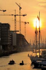 Sonnenuntergang über dem Sandtorhafen in der Hamburger Hafencity - Baustellen mit Baukränen am Kaiserkai - Segeschiffe im Traditionsschiffhafen am Sandtorkai. (2008)