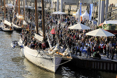 Eröffnung des Traditionsschiffhafens am Sandtorkai in der Hamburger Hafencity. (2008)
