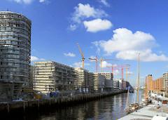 Neubauten und Baukräne am Kaiserkai im Hamburger Sandtorhafen - Traditionsschiffhafen in der Hamburger Hafencity. (2008)