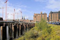 Blick über den Magdeburger Hafen in der Hamburger Hafencity - re. der Kaispeicher B / Maritime Museum; Baukräne am Überseequartier. ( 2008 )