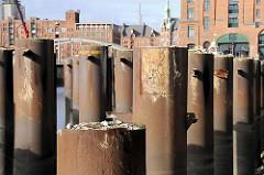 Stahlträger im Magdeburger Hafen, Hafenbecken im Hamburger Hafen / Hafencity. ( 2008 )