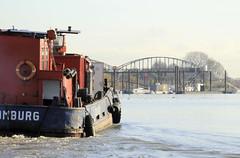Fotos von der Billwerder Bucht, ursprünglicher Verlauf der Hamburger Norderelbe bis 1879. Arbeitsschiff und historische Wassertreppe 51 am Moorfleeter Deich in Hamburg Moorfleet. Der bewegliche Niedergang ermöglichte es bei den unterschiedlichen W
