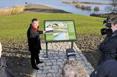 Anja Hajduk, Senatorin für Stadtentwicklung und Umwelt stellt die fertig gestellte ökologische Ausgleichsmaßnahme auf der Billwerder Insel vor.