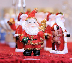 Weihnachtsmann aus Plastik - auf einem Weihnachtsmarkt in der Hansestadt Hamburg.