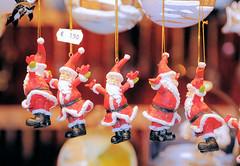 Christbaumschmuck - hängende Weihnachtsmänner;  Weihnachtsmarkt in der Hansestadt Hamburg.