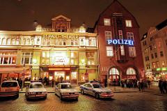 Nachtaufnahme vom Hamburger Spielbudenplatz - St. Pauli Theater und Polizeiwache / Davidwache mit Polizeiautos.