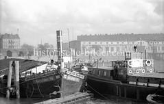 Altes Bild vom Moldauhafen (1955) - Binnenschiffe haben an Dalben festgemacht; im Hintergrund ein Lagergebäude der Neuen Norddeutschen und Vereinigten Elbeschiffahrt A.G..