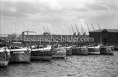 Historische Fotografie vom Hamburger Moldauhafen (1955); Binnenschiffe der tschechoslowakischen Staatsreederei ČSPLO - Blick zum Melniker Ufer.