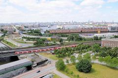 Bahngleise und S-Bahnhaltestelle in Hamburg Veddel; Blick über den Saalehafen zum Hansahafen in Hamburg Kleiner Grasbrook.