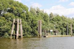 Holzdalben und Ponton / Anleger am Prager Ufer im Hamburger Moldauhafen.