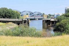 Reste vom Marktkanal und Sperrwerk zur Norderelbe auf der Veddel in Hamburg - im Hintergrund die Elbbrücken.