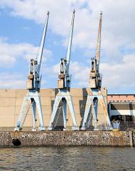 Drei Hafenkräne am Auguste Viktoria-Kai im Kaiser Wilhelm Hafen - Hafenbecken im Hamburger Hafen