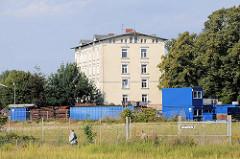 Alte Aufnahme von der Schlossinsel in Hamburg Harburg - Gewerbegebiet vor dem Harburger Schloss. Das Harburger Schloss auf der Schlossinsel im Harburger Binnenhafen ist das älteste bauliche Zeugnis von Hamburg Harburg und Entstehungskern der Siedlung
