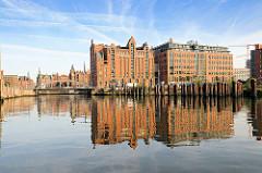 Magdeburger Hafen - Kaispeicher B spiegelt sich im Wasser des Magdeburge Hafens / Stahlstelen, Stahlsäulen im Hafenbecken. Bilder aus der Hamburger Hafencity ( 2009 )