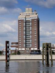 Pegelanzeige für die Durchfahrt der Elbbrücke und der Billhorner Brücke (re. ) - im Hintergrund der Haken in Hamburg Rothenburgsort und das Hotelhochhaus vom Holiday Inn.